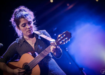 Chiara Effe con la chitarra