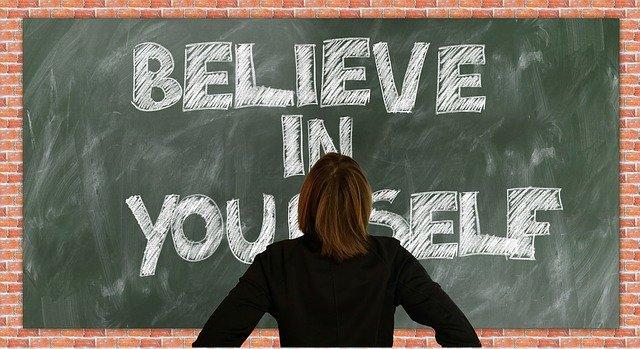 Lavagna con scritto su 'Credi in te stesso'.