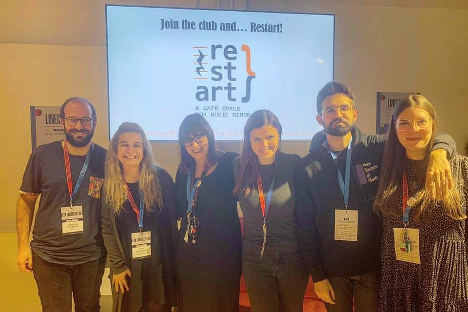 Foto dei membri di Restart da sinistra a destra dello schermo:  Federico Buffagni - Lina Ugrinovska - Flavia Guarino - Azzurra Funari- Elia Alovisi- Michela Galluccio.
