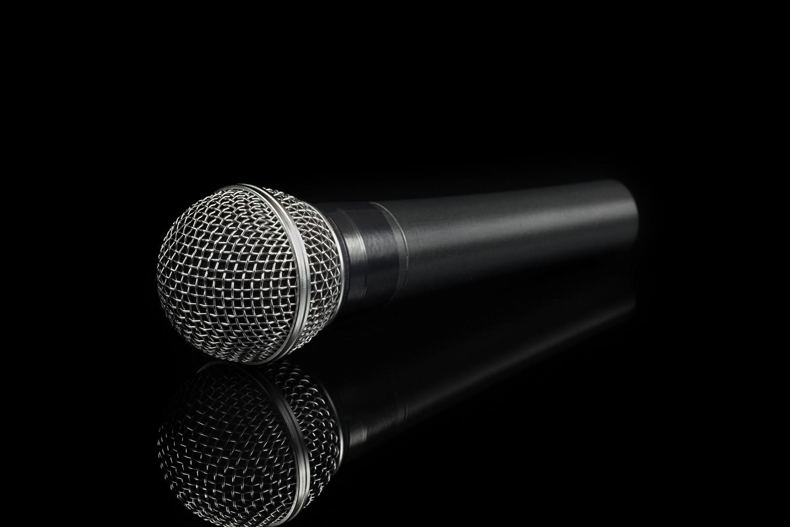 microfono che si riflette nel buio